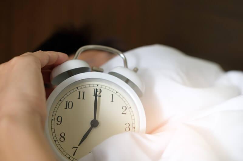 Cố gắng ngủ và thức dậy vào thời điểm nhất quán